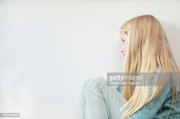 portrait of young woman against white background - emma white stockfoto's en -beelden