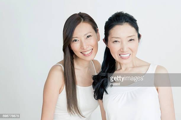 portrait of young woman and mature woman - cami fotografías e imágenes de stock