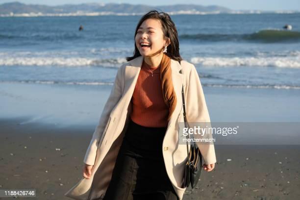 ビーチで若い女性の肖像 - 静岡県 ストックフォトと画像