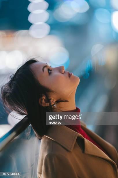 retrato de jovem à noite - foco no primeiro plano - fotografias e filmes do acervo