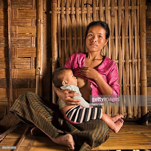 Porträt der jungen Frau stillen Ihr baby im Norden von Laos
