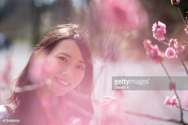 梅の花で覆われている若い女性の肖像画
