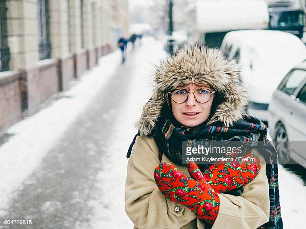 portrait of young woman feeling cold during winter - kälte stock-fotos und bilder