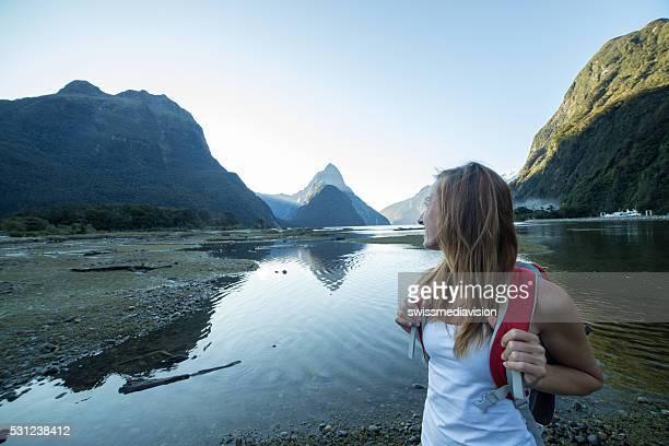 Portrait de jeune femme de randonnée de Milford son, Nouvelle-Zélande