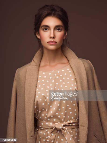 秋のコートを着た若い女性の肖像画