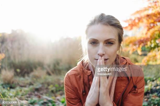 portrait of young woman in autumnal park - seulement des adultes photos et images de collection
