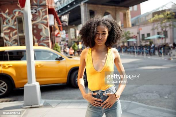 portrait of young woman in city - sin mangas fotografías e imágenes de stock