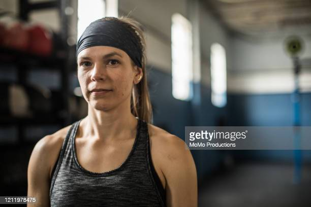 portrait of young woman in cross training gym - extra long stock pictures, royalty-free photos & images