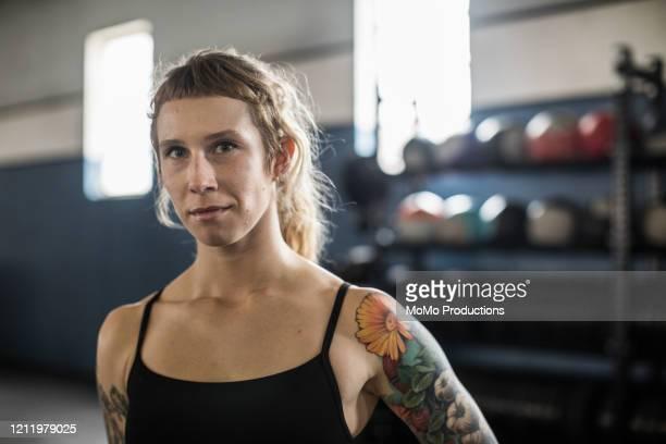 portrait of young woman in cross training gym - identität stock-fotos und bilder