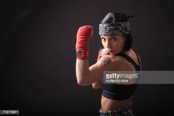 portrait of young woman in fighting stance - muñequera fotografías e imágenes de stock