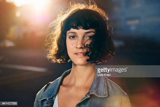 portrait of young woman in the city - individualiteit stockfoto's en -beelden