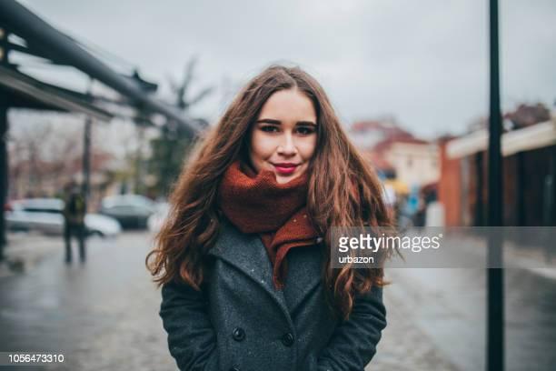 retrato de mujer joven en la calle - nublado fotografías e imágenes de stock