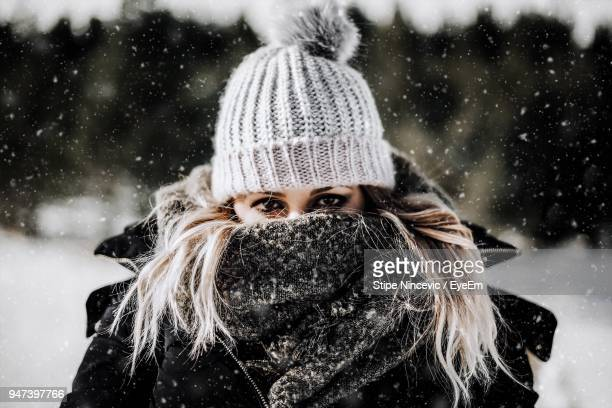 portrait of young woman in winter - warm clothing stock pictures, royalty-free photos & images