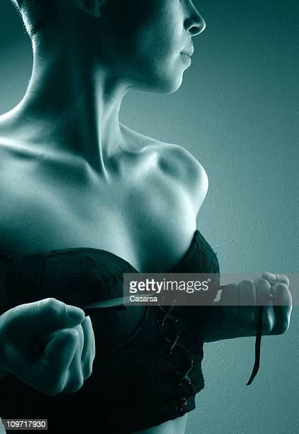 Portrait de jeune femme en Corset, laçage en métal