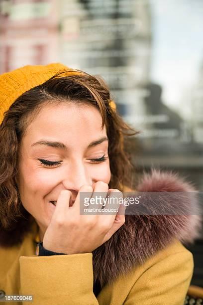 Porträt von Junge Frau lachen in europäischen Stadt.