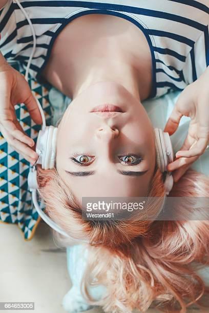 portrait of young woman listening music with headphones - auf den kopf gestellt stock-fotos und bilder
