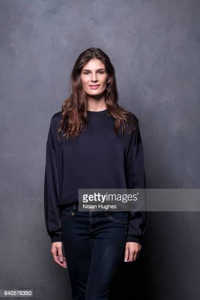portrait of young woman looking at camera smiling - encuadre de tres cuartos fotografías e imágenes de stock