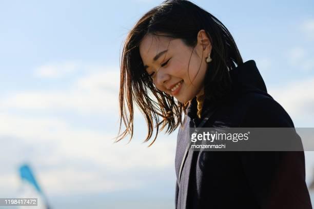 ビーチで若い女性の肖像 - 晴れている ストックフォトと画像