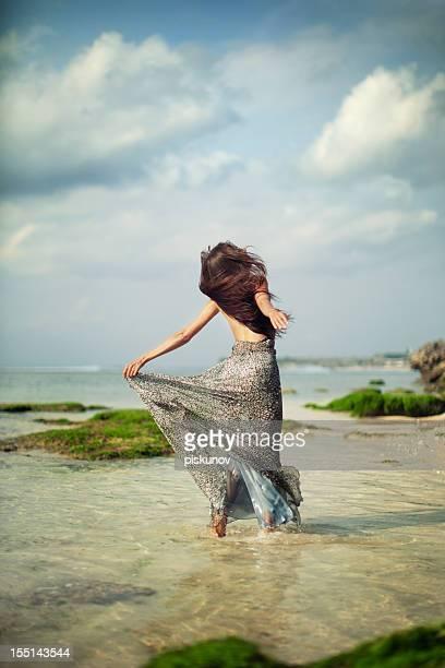 Retrato de mujer joven en la playa