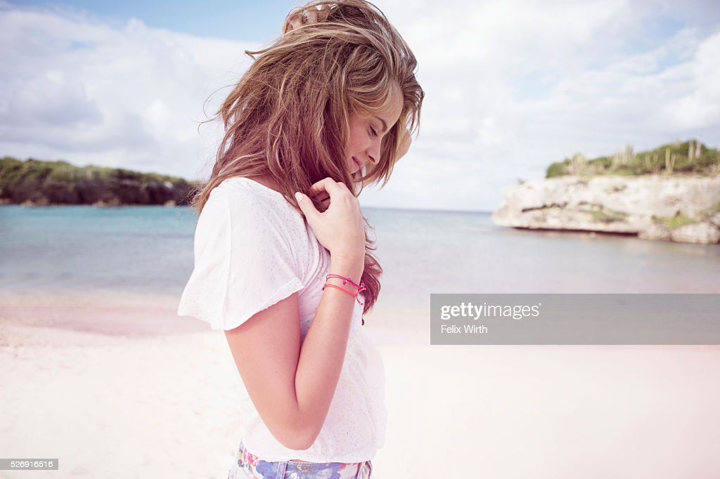 Portrait of young woman on beach : Stockfoto