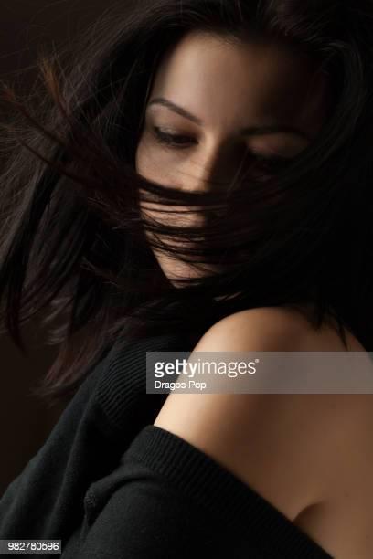portrait of young woman on black background - mulher fatal - fotografias e filmes do acervo