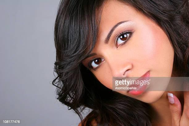 若い女性のポートレートにグレイの背景 - atomic imagery ストックフォトと画像