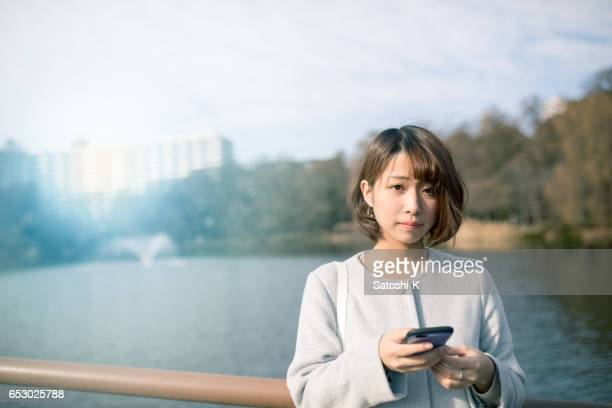 池の若い女性の肖像画