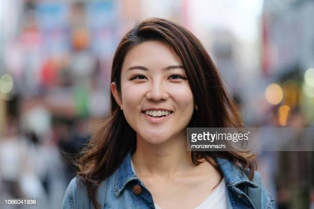 街で若い女性の肖像画 - カメラ目線 ストックフォトと画像