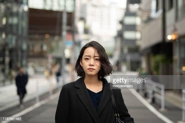 路上で若い女性の肖像 - カメラ目線 ストックフォトと画像