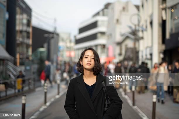 路上で若い女性の肖像 - fashion ストックフォトと画像