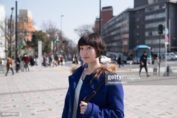 都市通りの若い女性の肖像画 - 表参道 ストックフォトと画像