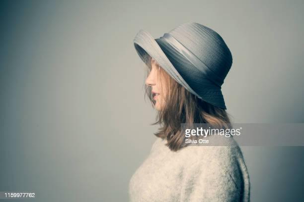 portrait of young woman - junge frau rätsel stock-fotos und bilder