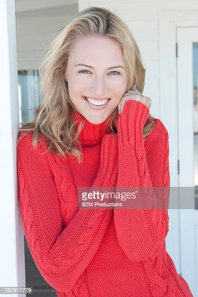 portrait of young woman - langärmlig stock-fotos und bilder