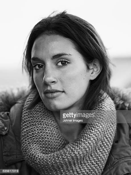 portrait of young woman - donna mezzo busto bianco e nero foto e immagini stock