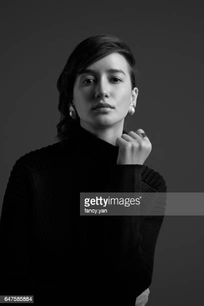 portrait of young woman - femme vintage noir et blanc photos et images de collection