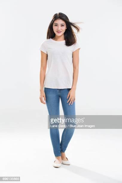 portrait of young woman - maniche corte foto e immagini stock
