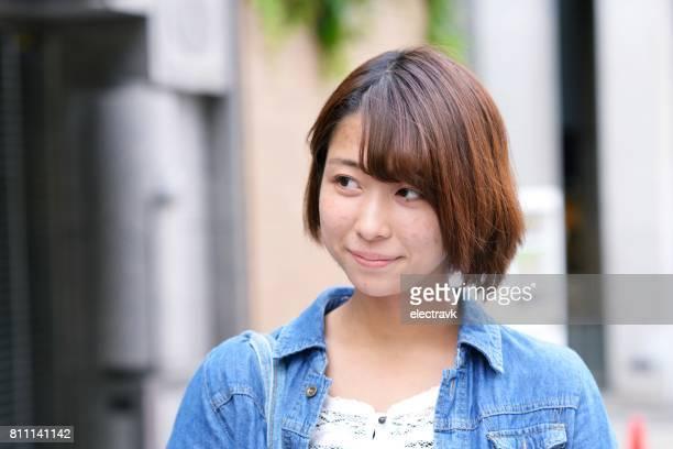 若い女性のポートレート - 恥ずかしがり ストックフォトと画像