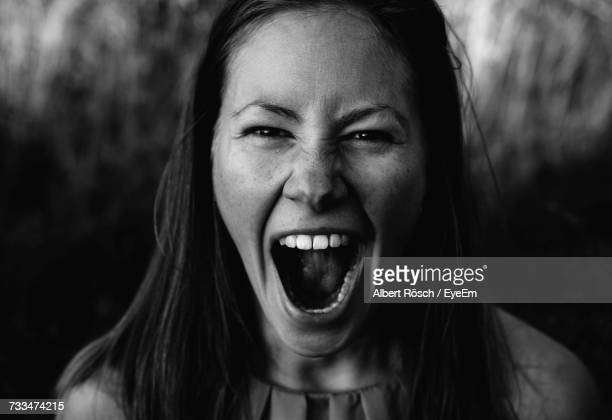 portrait of young woman screaming - parte do corpo humano imagens e fotografias de stock