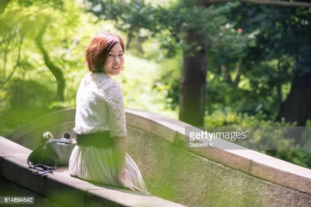 石の橋に座っていた若い女性の肖像画
