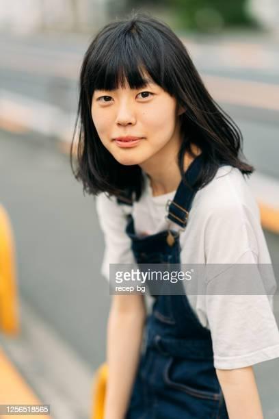 カメラに向かって微笑む若い女性の肖像画 - 若い女性一人 ストックフォトと画像