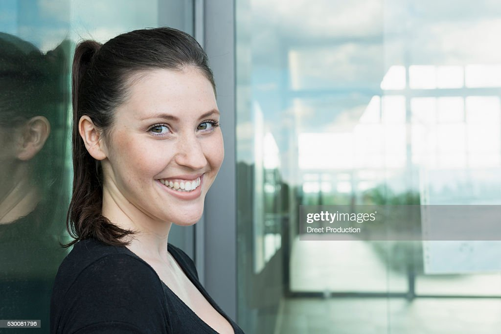 Portrait of young woman smiling : Stock-Foto