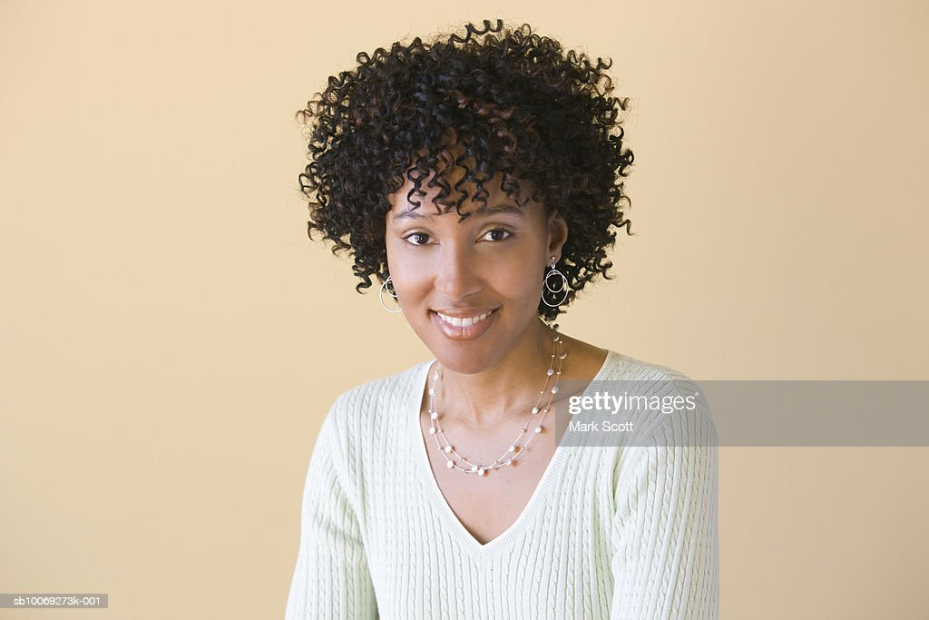 Portrait of young woman smiling : Stockfoto