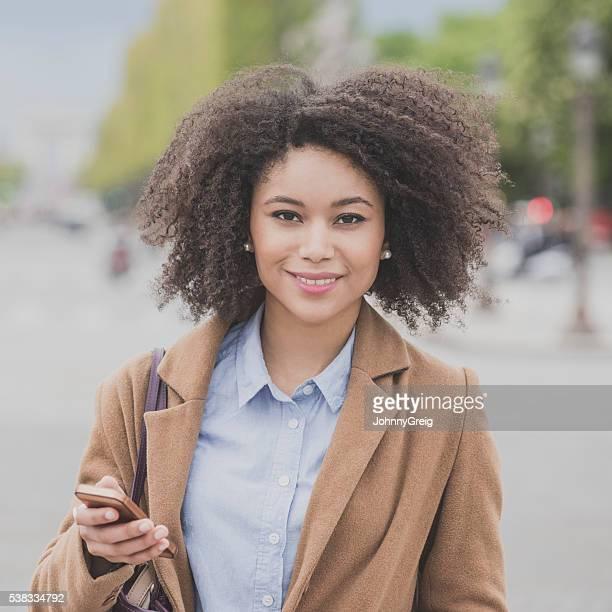 の肖像若い女性笑顔にカメラ付き電話