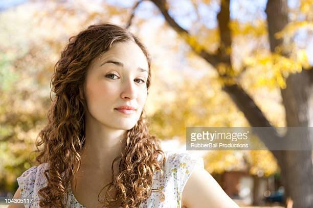 若い女性のポートレート立つにある秋の森 - 眉を上げる ストックフォトと画像