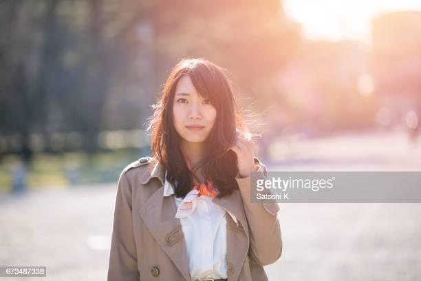 まっすぐ立っている若い女性の肖像画