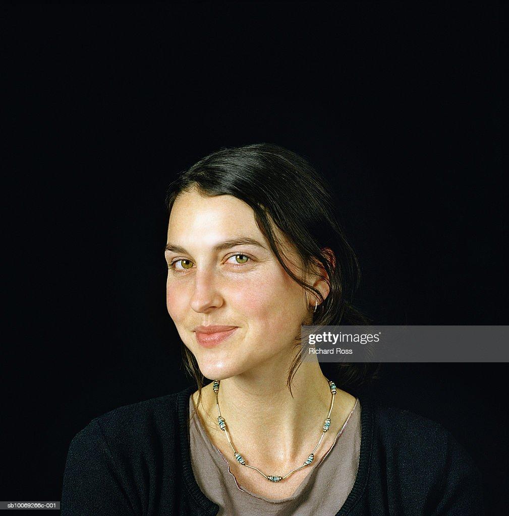 Portrait of young woman, studio shot : Stockfoto
