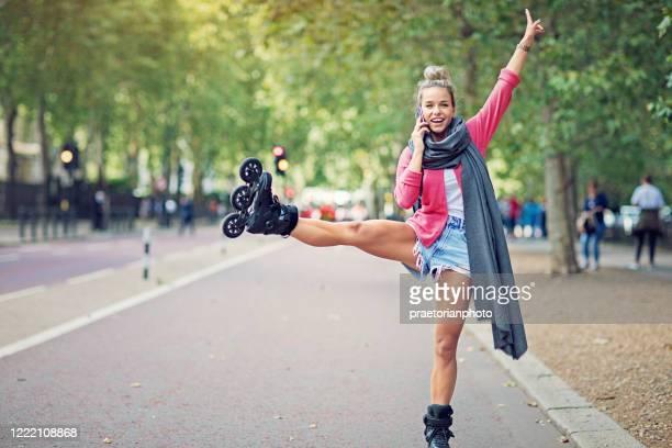 portret van jonge vrouw die op de straat spreekt - kolonie stockfoto's en -beelden