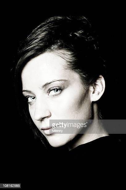 retrato de mujer joven, tonos - contraste alto fotografías e imágenes de stock