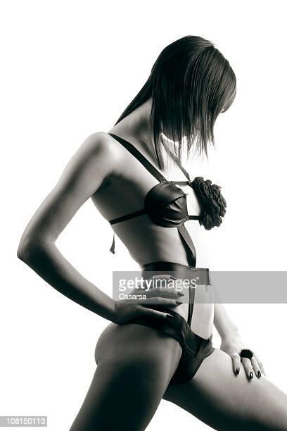 Porträt der jungen Frau mit Motiv, schwarz und weiß