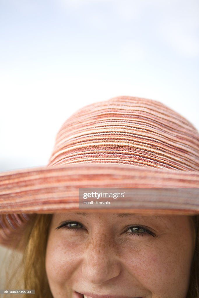 Portrait of young woman wearing sunhat, differential focus : Stockfoto